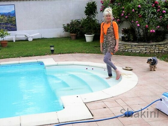 Erfrischung in dem Swimmingpool