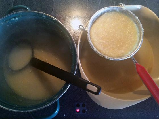 Zitronen-Knoblauch-Sud beim 2. Sieb-Vorgang