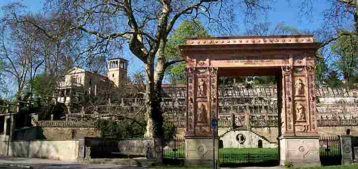 Winzerhaus und Triumphtor am Weinberggarten
