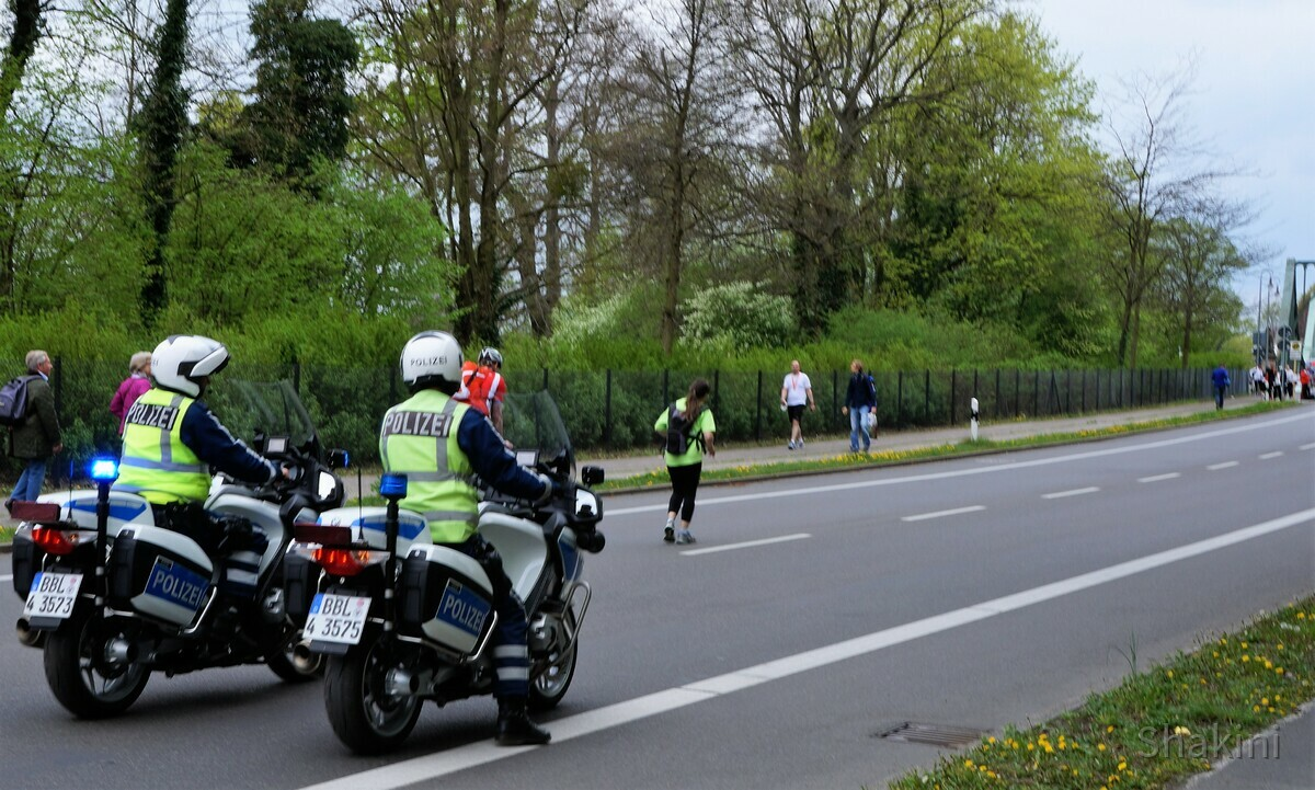 Polizei und die letzten Marathonläufer