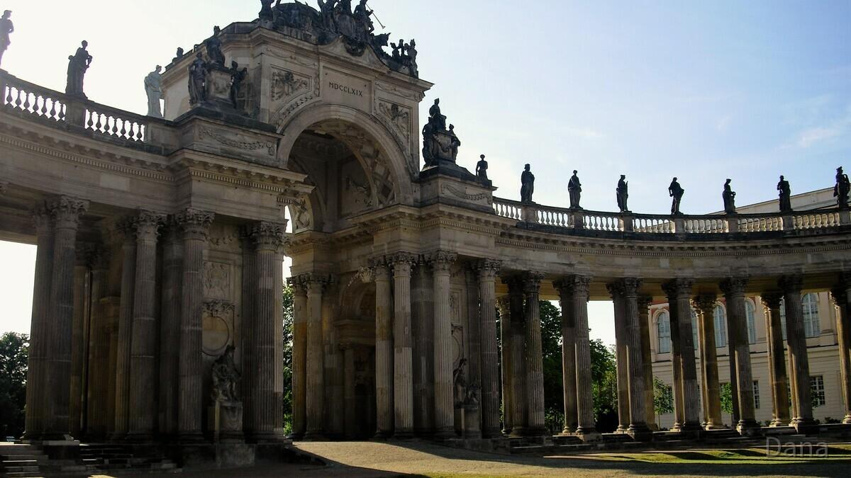 Triumphbogen und Kolonnade am Neuen Palais