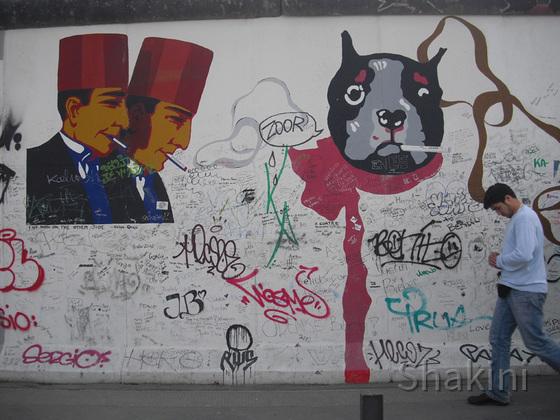 East Side Gallery - Berlin - Graffitis - Rauchende Türken