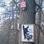 Tierschutz-Schild im Wald - Helft uns schützen