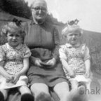 Meine Großmutter Katarzyna, Schwester Halinka, ich (re)