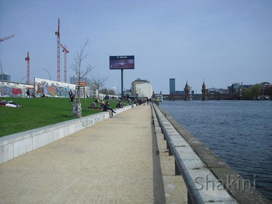 East Side Gallery - Berlin - Graffitis - Mauerreste am Ufer der Spree