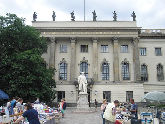 Berlin - Humboldt Universität mit Flohmarkt