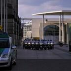Polizei Motorrad Eskorte vor dem Berliner Reichstag
