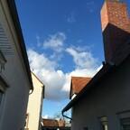 Blauer Himmel über den Königstädter Häuserschluchten - Blue Sky over Rüsselsheim