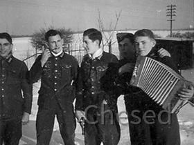 Deutsche Soldaten feiern an der Front im 2. Weltkrieg