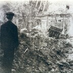 Rüsselsheim-Königstädten - Froschgasse 13.8.1944 - Heinrich Wohlfahrt vor seinem zerstörten Wohnhaus