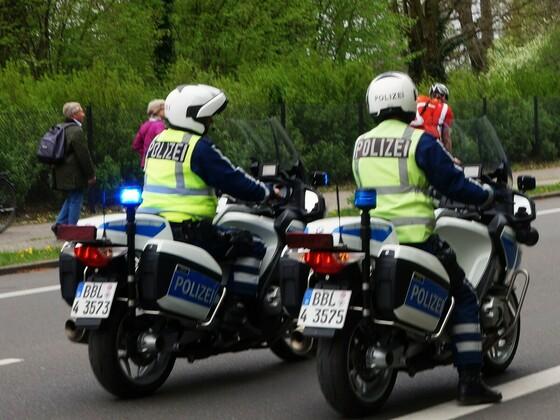 Polizei auf Motorrad unterwegs auf der Glienicker Brücke