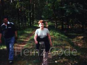 Klassentreffen 2001 Lehnin - Sigrid & Hans beim Waldspaziergang