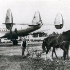Frankfurt Flughafen – Pferdepflug auf Rollbahn – 1947 – Horse plow on runway