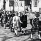 Brigitte Friedrich mit Marga Grünewald auf dem Schulweg 1953