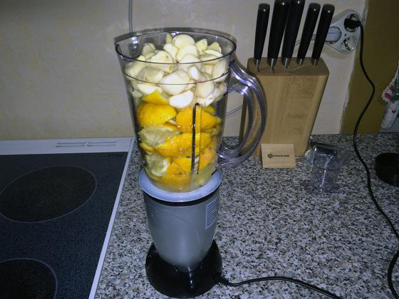Zitronen und Knoblauch im Mixer