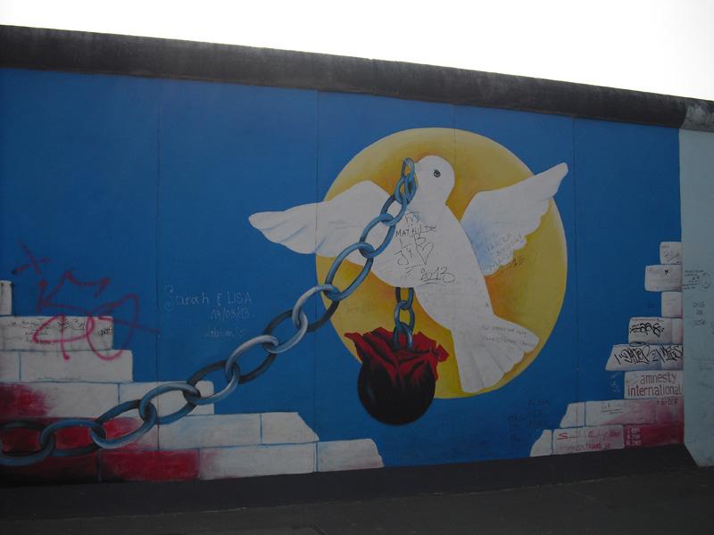 East Side Gallery - Berlin - Graffitis - Friedenstaube mit Kette