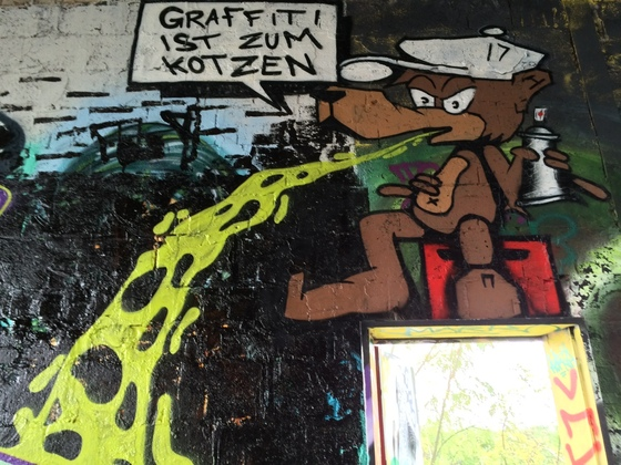 Berlin - Teufelsberg - Graffiti ist zum Kotzen - Graffiti is for puking