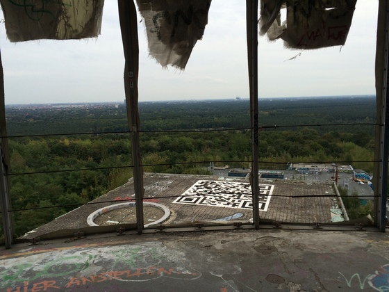 Berlin - Teufelsberg - Graffiti - Barcode auf Hausdach