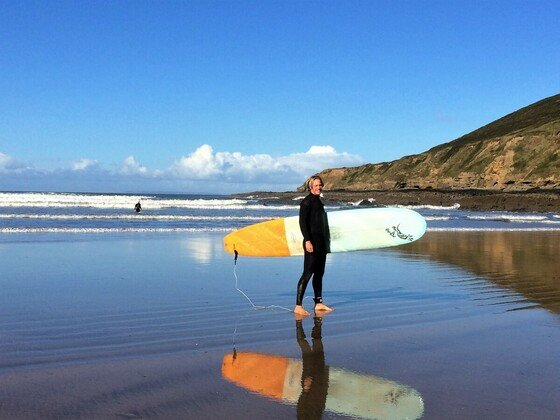 Sven beim surfen in Saunton Beach