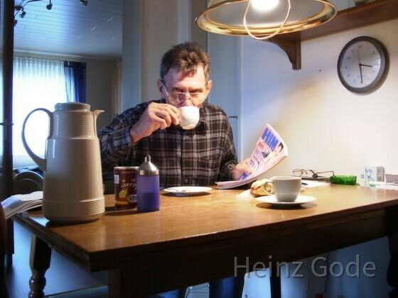 Heinz Gode trinkt